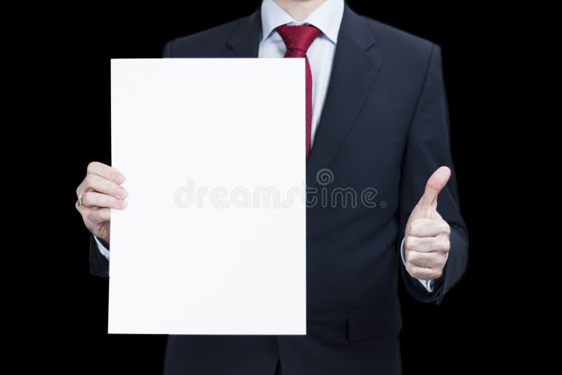Foto do homem de negócios que guarda o cartaz do papel vazio para seu anúncio e fotografia de stock