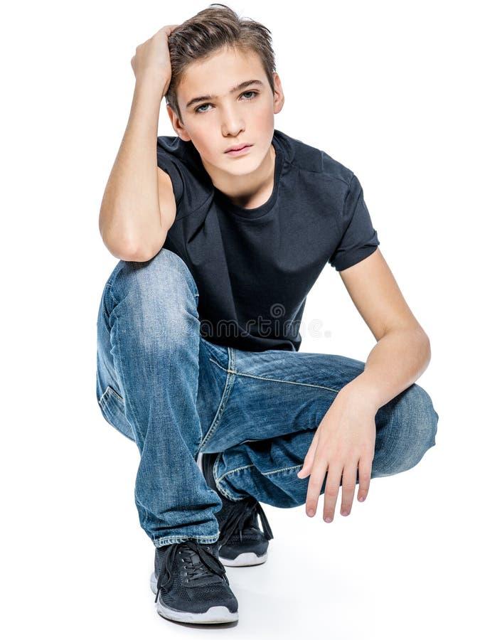 Foto do indivíduo considerável adolescente que levanta no estúdio foto de stock
