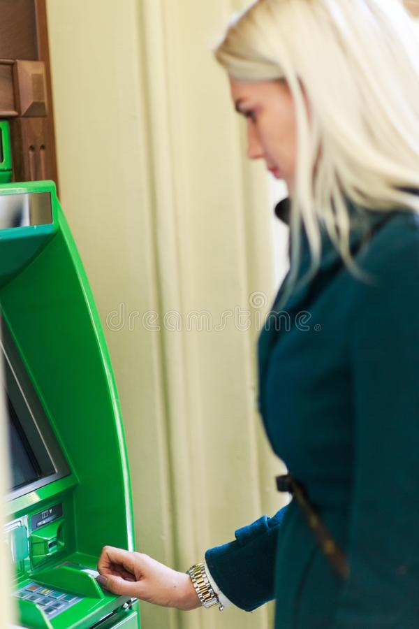 Foto do louro no revestimento na máquina de dinheiro verde imagens de stock