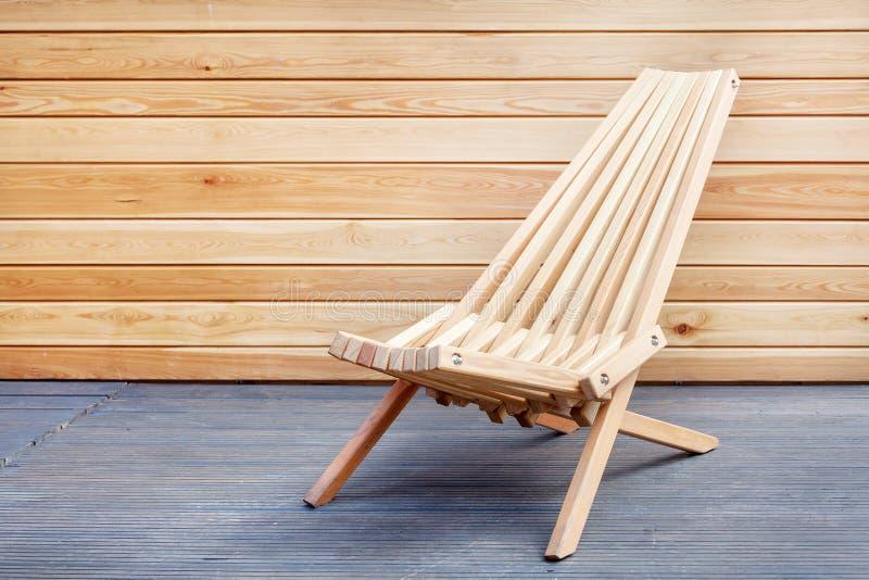 Foto do lugar acolhedor para sentar-se contra o painel de madeira Suporte perfeito da cadeira no terraço fotos de stock royalty free