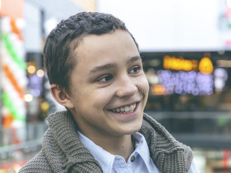 Foto do menino feliz novo adolescente adorável imagem de stock royalty free