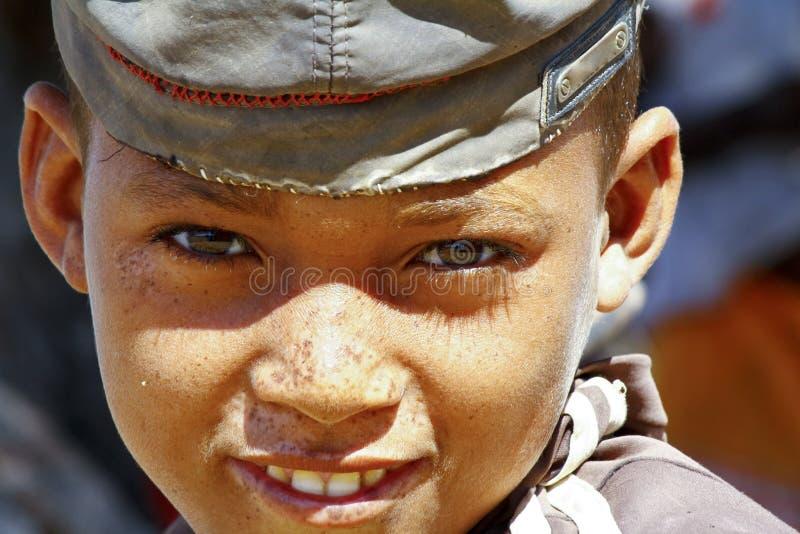 Foto do menino feliz novo adorável - criança pobre africana fotografia de stock