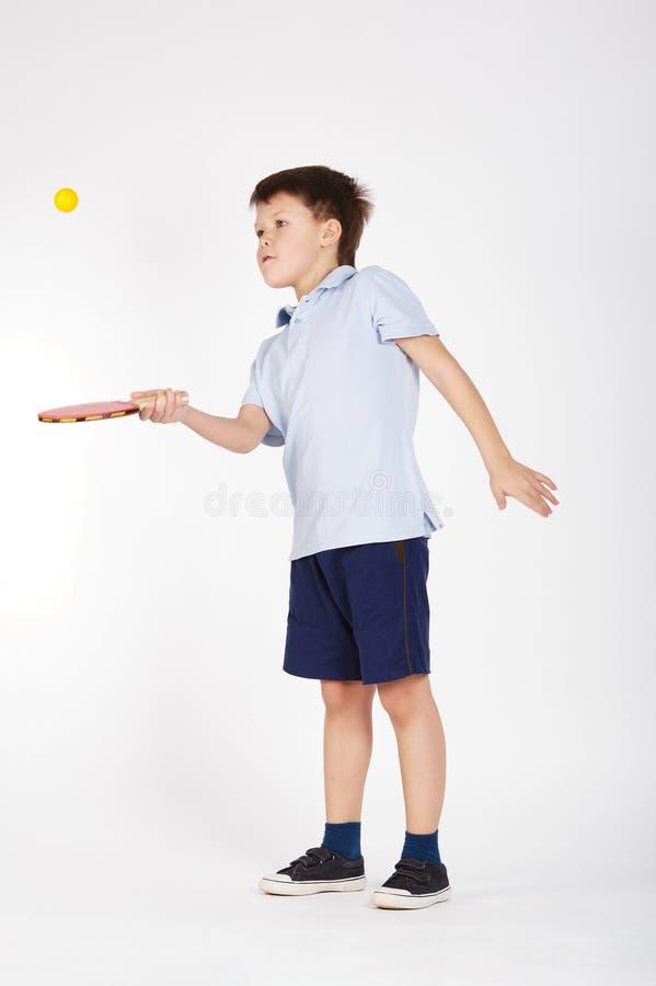 Foto do menino que joga o tênis de mesa foto de stock royalty free