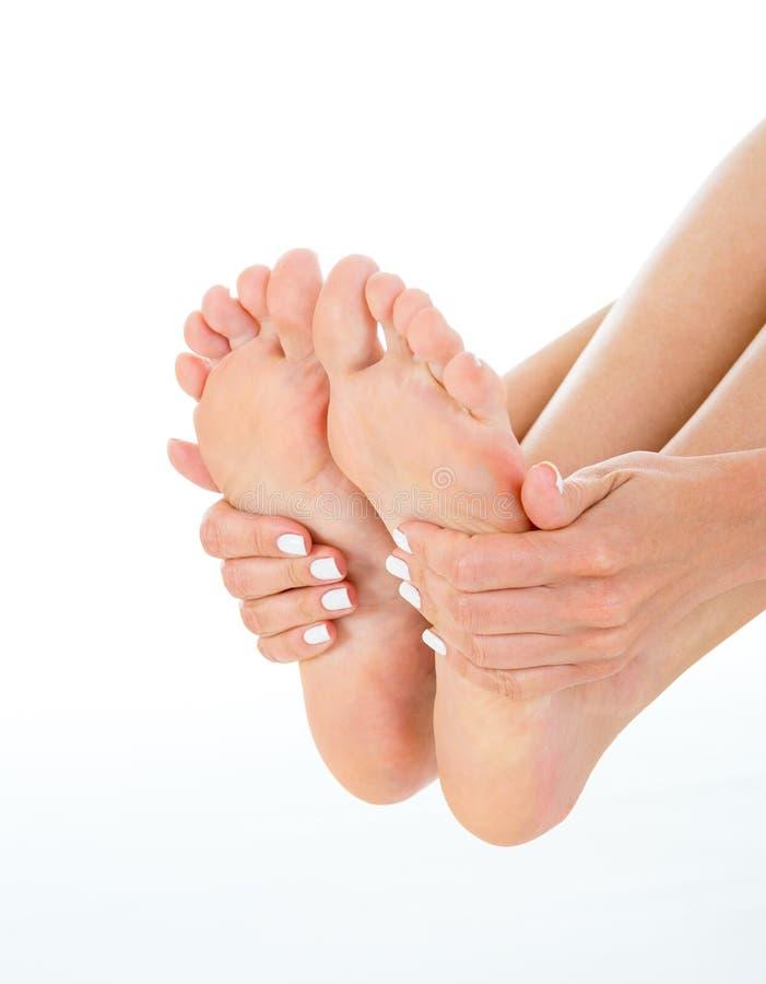 Foto do modelo novo que demonstra seus pés, fim acima, pH do estúdio foto de stock