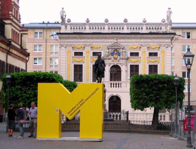 Foto do monumento ao grandes escritor e política Goethe na frente da troca velha no estilo barroco na cidade alemão o imagem de stock