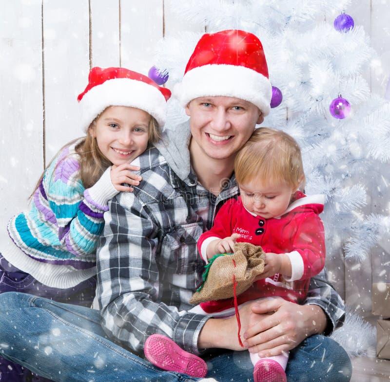 Foto do Natal de uma família feliz fotografia de stock