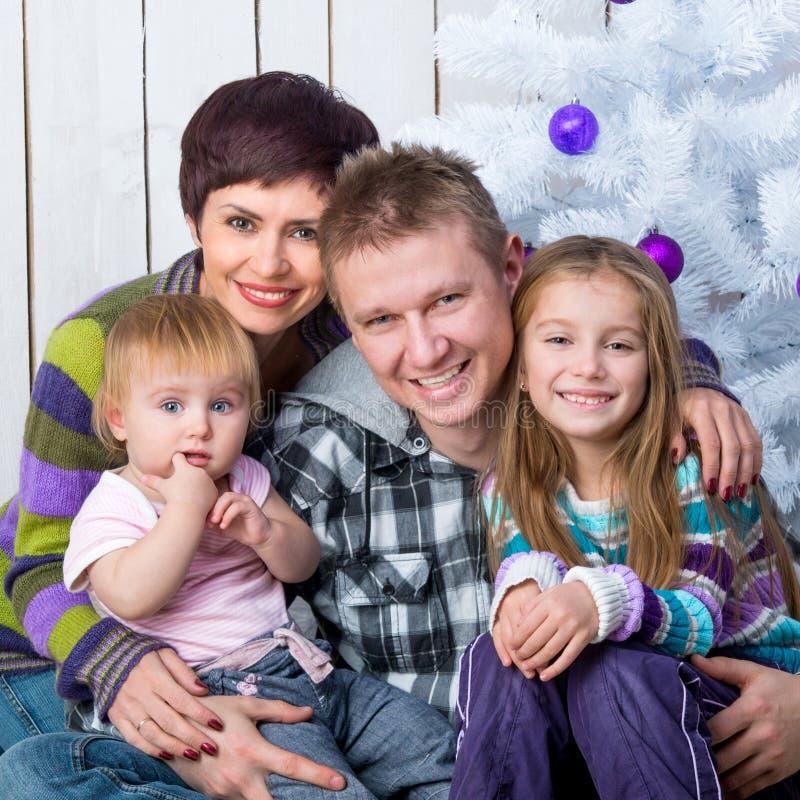 Foto do Natal de uma família feliz fotos de stock royalty free