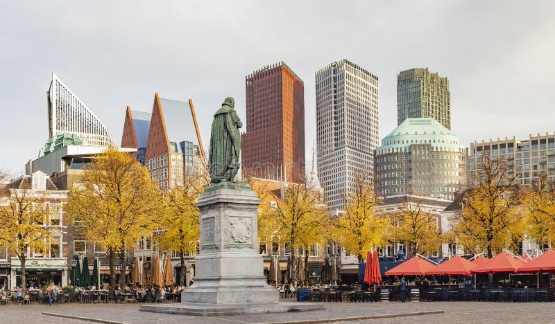 Foto do panorama da estátua da laranja do vam de William em het Plein em Haia em tons do outono com a céu-linha no fundo imagens de stock royalty free