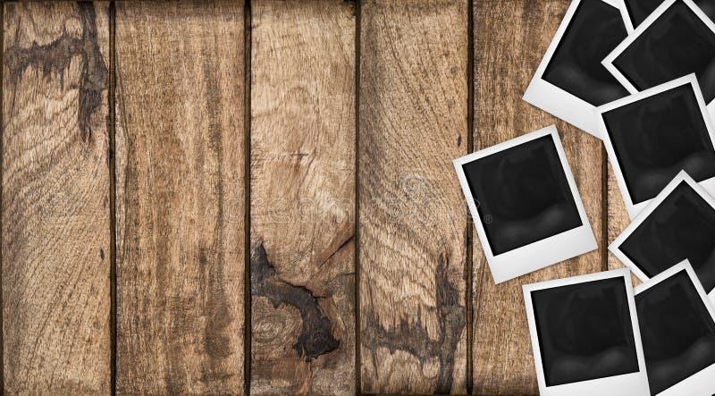 A foto do Polaroid molda o fundo de madeira Textura de madeira da tabela imagem de stock royalty free