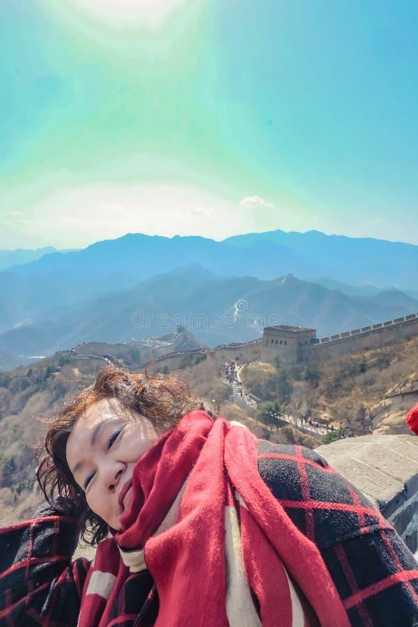 Foto do retrato de mulheres asiáticas superiores no Grande Muralha de China na cidade do Pequim imagem de stock