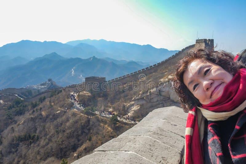 Foto do retrato de mulheres asiáticas superiores no Grande Muralha de China na cidade do Pequim imagens de stock royalty free
