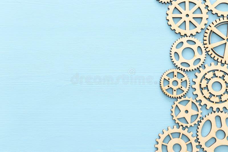 foto do sistema de trabalho de rodas denteadas, conceito dos trabalhos de equipe, fundo textured de madeira ilustração stock