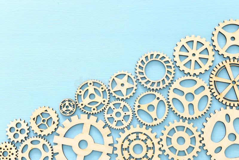 foto do sistema de trabalho de rodas denteadas, conceito dos trabalhos de equipe, fundo textured de madeira ilustração royalty free
