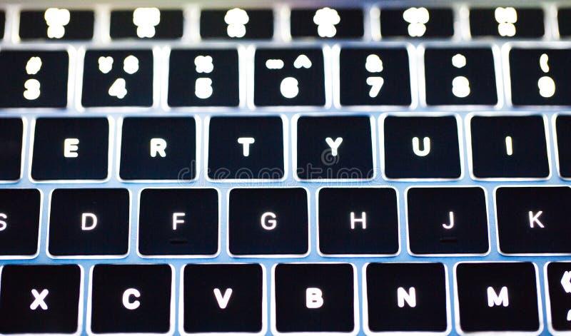 Foto do teclado retroiluminado mais clavier do teclado de computador imagens de stock