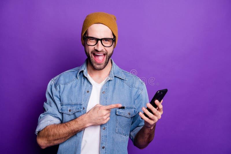 Foto do telefone fresco da terra arrendada do indivíduo para recomendar comprá-la o melhor preço baixo fundo violeta isolado da s foto de stock royalty free
