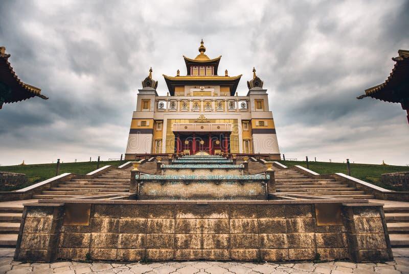 Foto do templo do bhuddhist - domic?lio dourado do khurul da Buda Shakyamuni imagens de stock royalty free