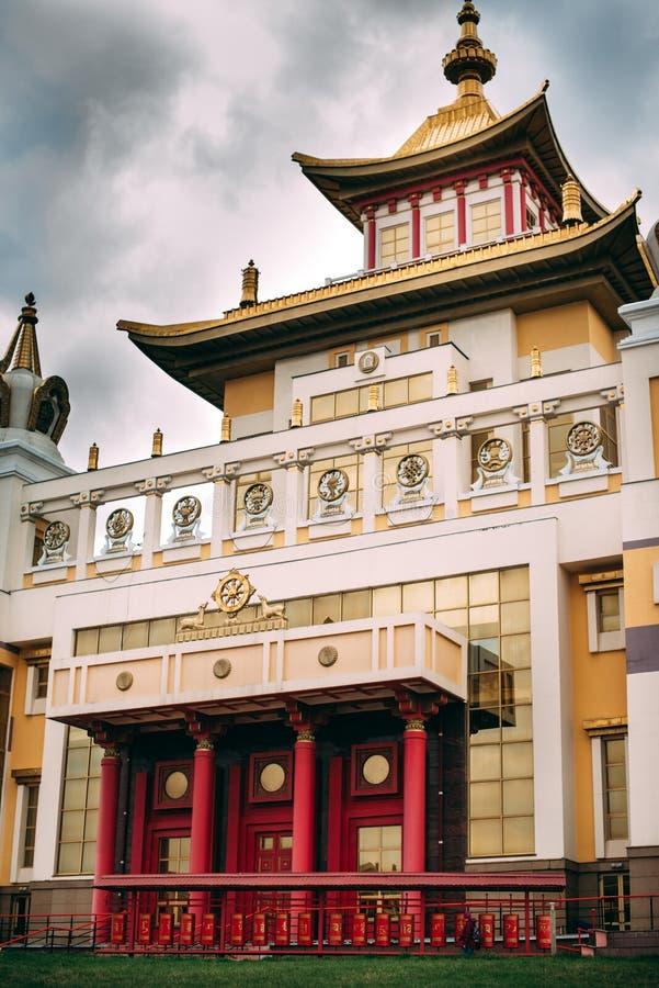 Foto do templo do bhuddhist - domic?lio dourado do khurul da Buda Shakyamuni imagens de stock