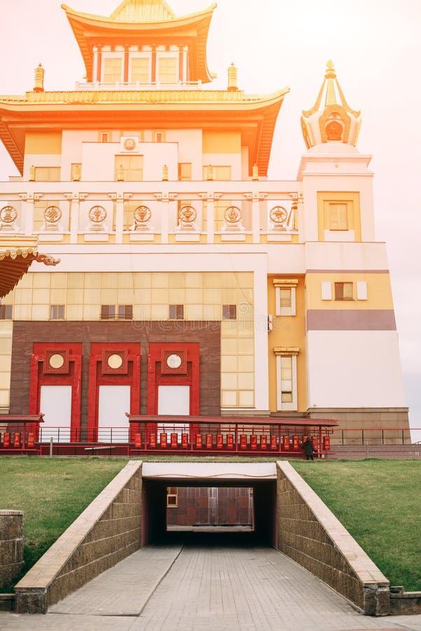 Foto do templo do bhuddhist - domic?lio dourado do khurul da Buda Shakyamuni fotografia de stock