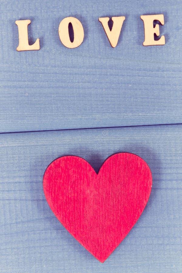 Foto do vintage Coração vermelho com amor da palavra como a surpresa para o dia de Valentim ou a outra celebração fotografia de stock