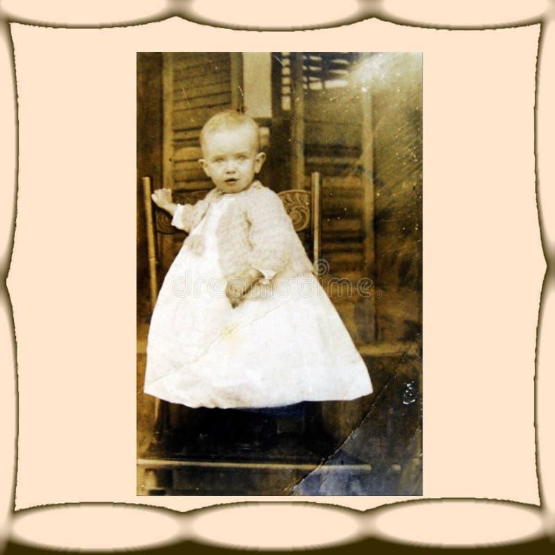 Foto do vintage, criança na cadeira imagens de stock royalty free