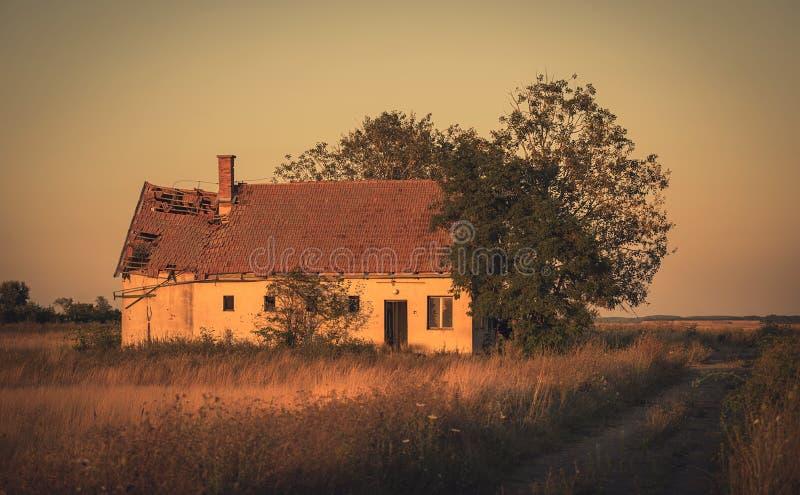 Foto do vintage da casa abandonada no por do sol imagem de stock royalty free