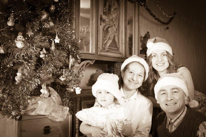 Foto do vintage da família feliz no tempo do Natal imagem de stock