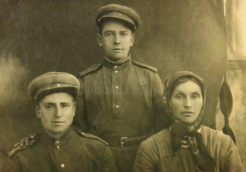 Foto do vintage de militares e da mulher soviéticos cerca de 1934 Retrato retro imagem de stock