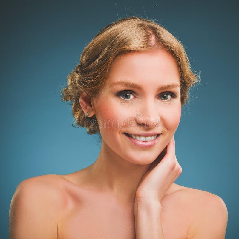Foto do vintage de uma jovem mulher com cabelo louro e um sorriso toothy foto de stock royalty free