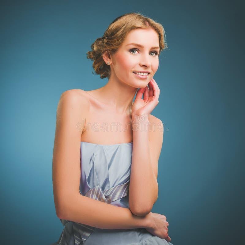 Foto do vintage de uma jovem mulher com cabelo louro e um sorriso toothy imagens de stock