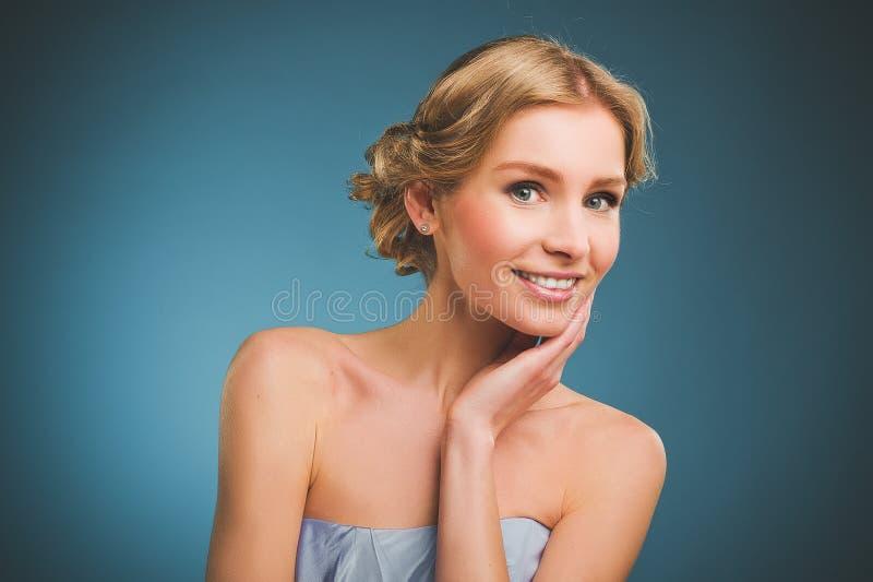 Foto do vintage de uma jovem mulher com cabelo louro e um sorriso toothy foto de stock