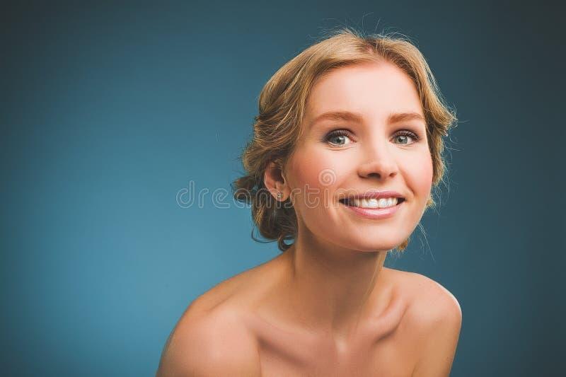 Foto do vintage de uma jovem mulher com cabelo louro e um sorriso toothy imagem de stock royalty free