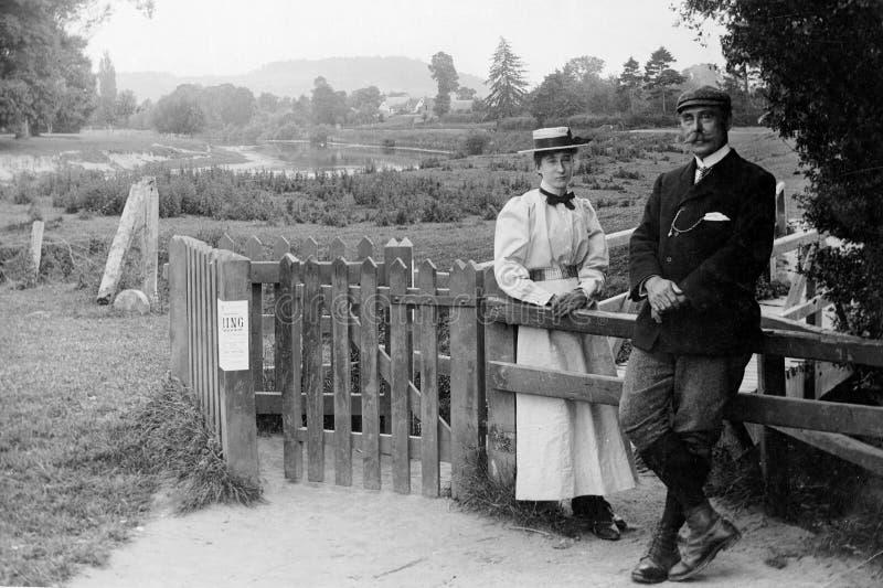Foto 1898 do vintage dos pares que andam para fora imagens de stock