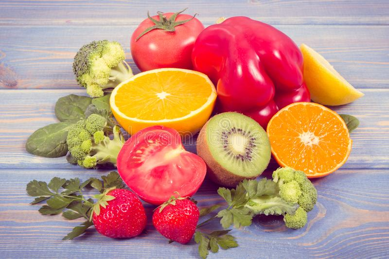 Foto do vintage, frutas e legumes como a vitamina C das fontes, fibra dietética e minerais, reforçando a imunidade e comer saudáv foto de stock royalty free