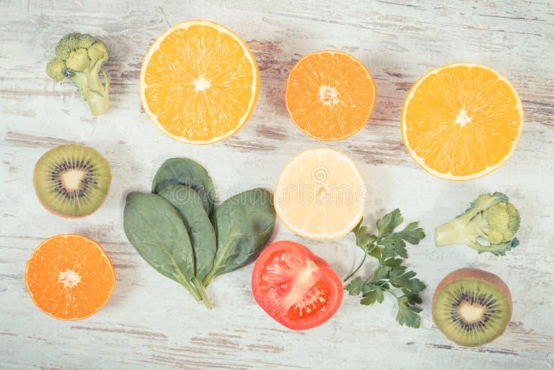Foto do vintage, frutas e legumes como a vitamina C das fontes, fibra e minerais, reforçando a imunidade e o conceito saudável co fotografia de stock