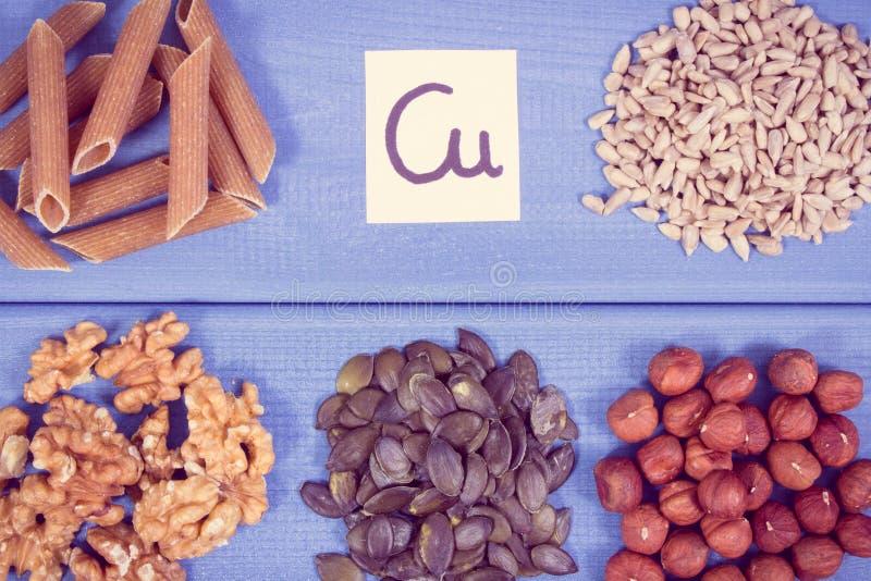 Foto do vintage, ingredientes naturais como o cobre da fonte, minerais e fibra dietética imagens de stock royalty free