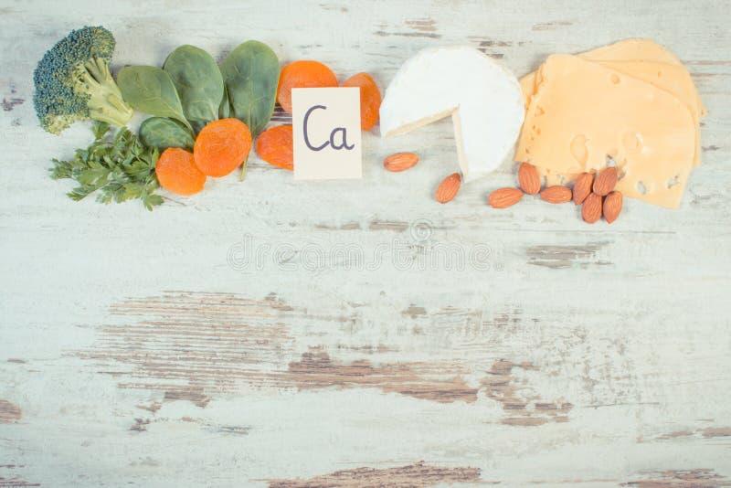 Foto do vintage, ingredientes que contêm o cálcio e a fibra dietética, espaço da cópia para o texto na placa rústica imagens de stock royalty free
