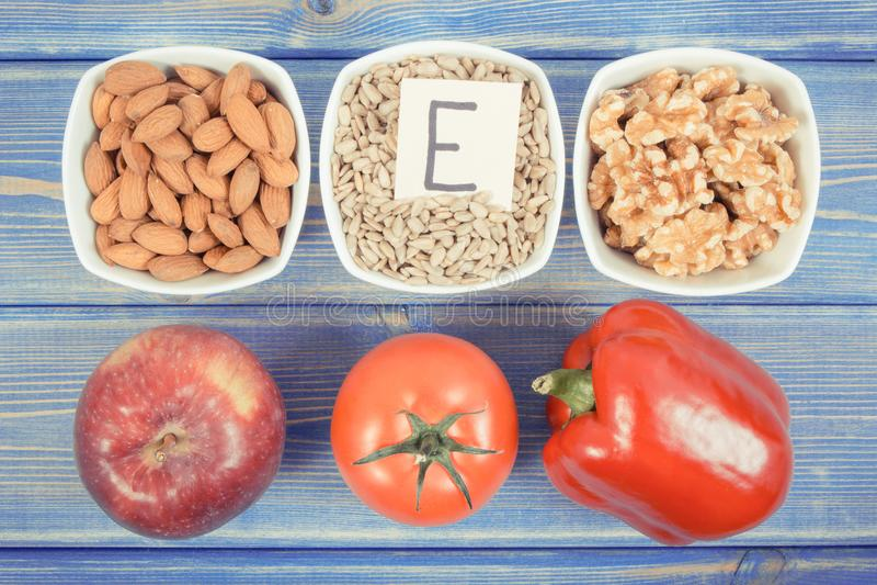 Foto do vintage, produtos, ingredientes que contêm a vitamina E e a fibra dietética, conceito saudável da nutrição fotos de stock royalty free