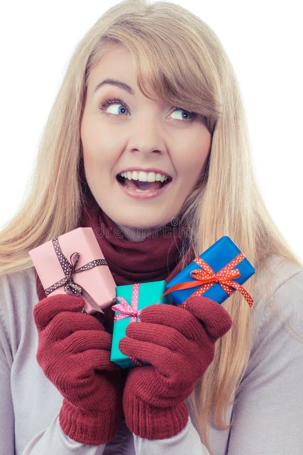 A foto do vintage, terra arrendada da mulher envolveu presentes para o Natal ou a outra celebração fotos de stock