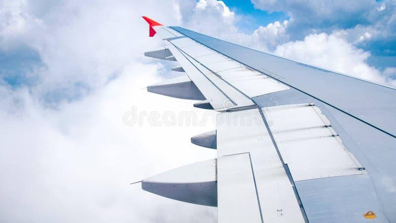 Foto do voo da asa do avião no céu azul e nas nuvens fotos de stock royalty free