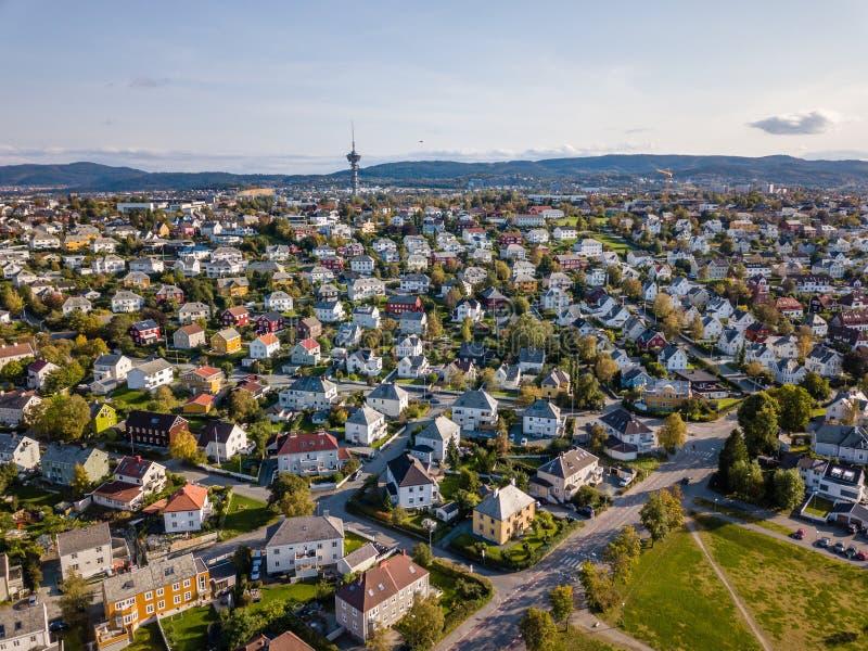 Foto do zangão da cidade Trondheim em Noruega em Sunny Summer Day com montanhas, fiorde e porto no fundo imagens de stock