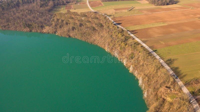 Foto do zangão do lago perto dos campos imagens de stock royalty free