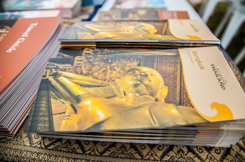 Foto dorata della statua di Buddha sulla copertina di libro di viaggio di Bangkok al grande festival della Tailandia immagine stock libera da diritti