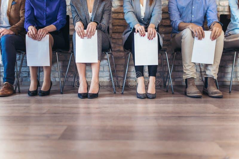 Foto dos candidatos que esperam uma entrevista de trabalho foto de stock royalty free