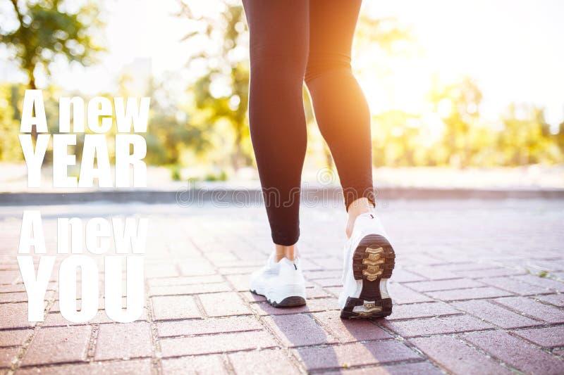 Foto dos pés fêmeas dos esportes, movimentando-se Imagem com texto Ano novo novo mim O conceito do esporte, motivação imagem de stock