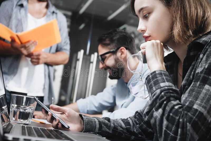 Foto dos povos coworking modernos que trabalham no escritório do sótão com computadores e portáteis Conceito do trabalho em dispo imagens de stock