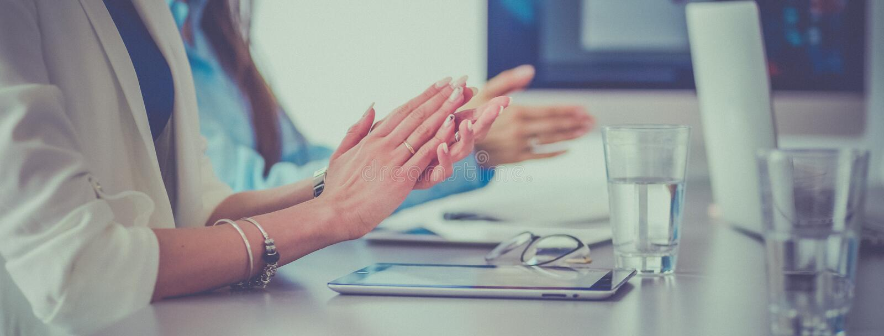 Foto dos sócios que aplaudem as mãos após o seminário do negócio Instrução profissional, reunião do trabalho, apresentação imagem de stock