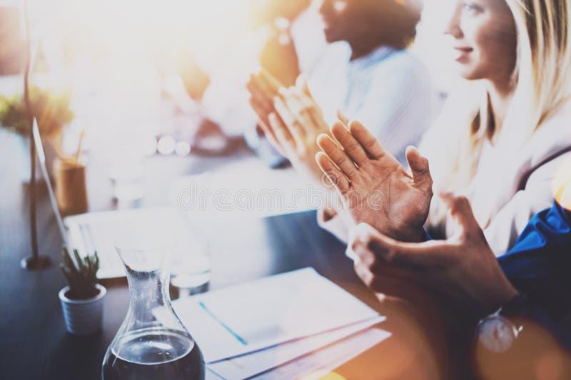 Foto dos sócios que aplaudem as mãos após o seminário do negócio Instrução profissional, reunião do trabalho, apresentação ou tre imagens de stock