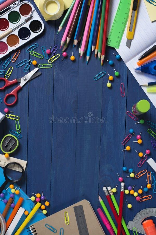 Foto dos vários produtos dos artigos de papelaria que encontram-se na tabela com espaço para escrever seu texto do anúncio imagem de stock