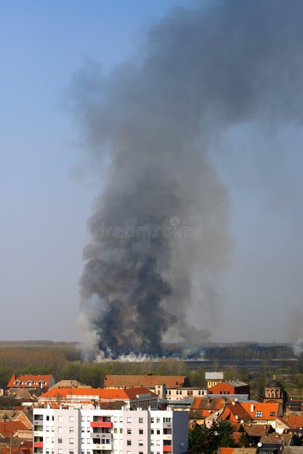 Foto dramática del incendio forestal cerca de la ciudad fotos de archivo