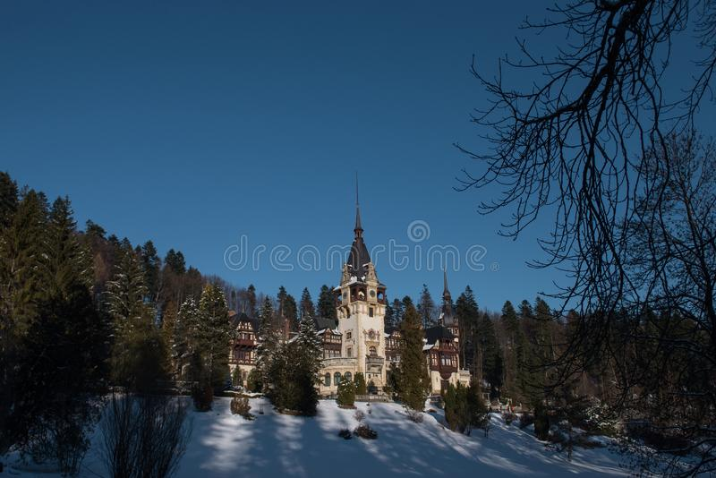 Foto dramática do castelo de Peles na estação do inverno Romênia, Sinaia imagem de stock